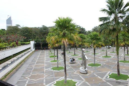 National Mosque (Masjid Negara): Маленькая площадь перед мечетью