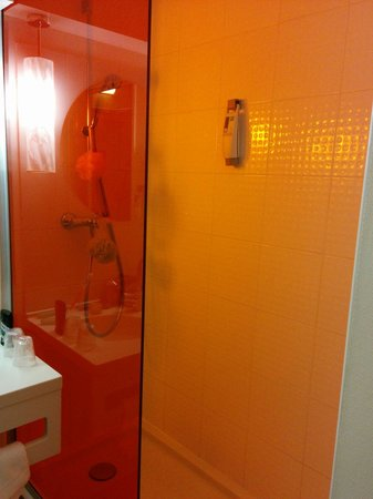 Ibis Styles Paris Bercy : Nice shower stall albeit lacking a door