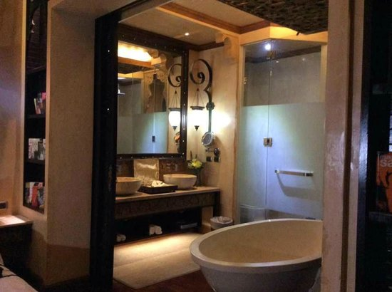The Baray Villa: The Bath & Shower