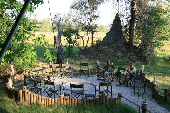 Sanctuary Stanley's Camp: Zona de reunion exterior junto al fuego