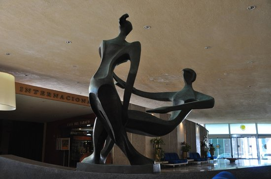 Habana Riviera: A statue in the lobby