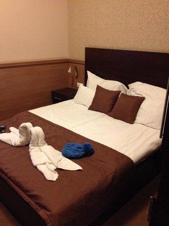 Central Hotel 21: Le lit de notre chambre. Très confortable