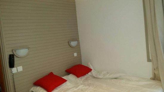 lit chambre familiale contre le mur et pas de place pour une table de nuit photo de hotel. Black Bedroom Furniture Sets. Home Design Ideas