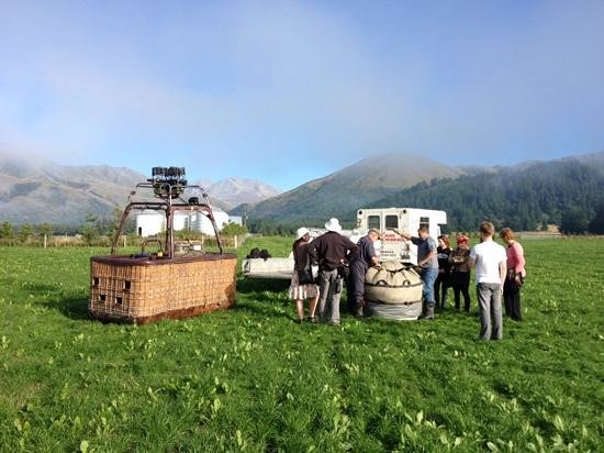 Aoraki Balloon Safaris: Safely on the ground after a wonderful early morning flight