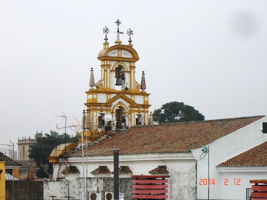 Hotel San Gil: Kerk in La Macarenakwartier