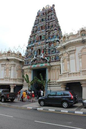 Sri Maha Mariamman Temple : Вид с улицы