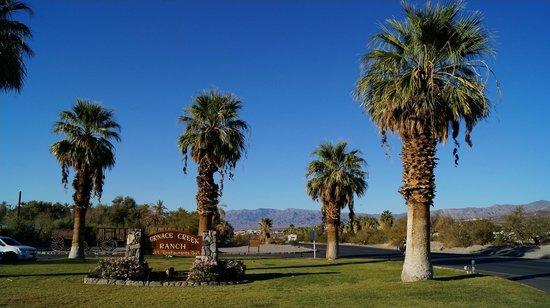 Furnace Creek Inn and Ranch Resort: Vue devant l'entrée