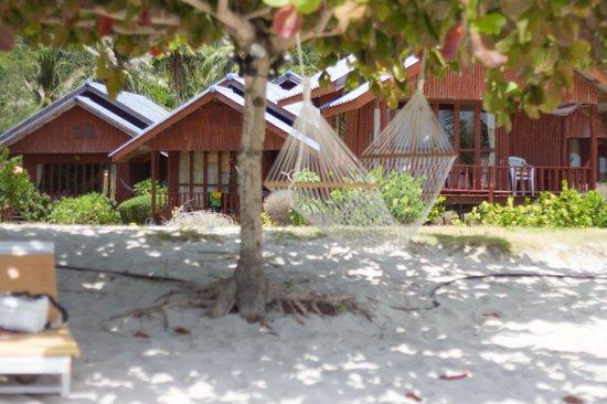 Candle Hut Resort: вид на коттеджи с пляжа