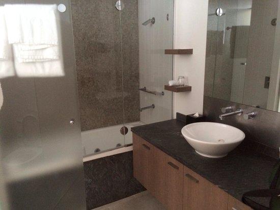 Pullman Palm Cove Sea Temple Resort & Spa: Bathroom, Shower , Toilet