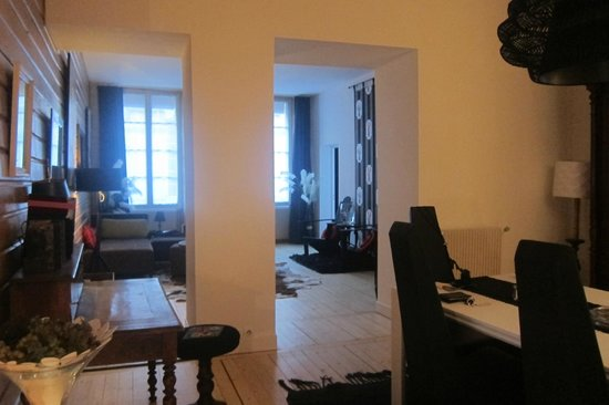Une Chambre Chez Dupont : a view of the sitting room and dining room