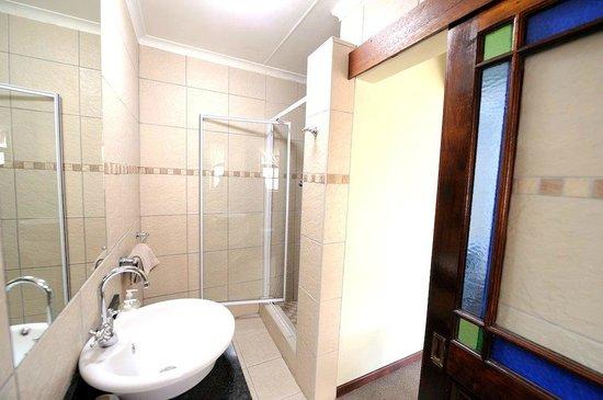 بيتشووك بيد آند بريكفاست: Bathroom with shower