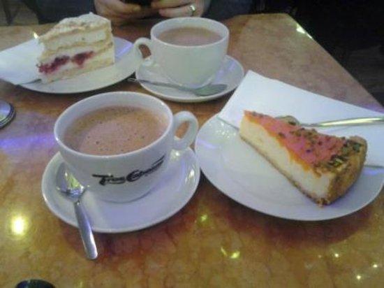 Café Kalwil Berlin: cioccolate calde con torta al mandarino e pistacchi