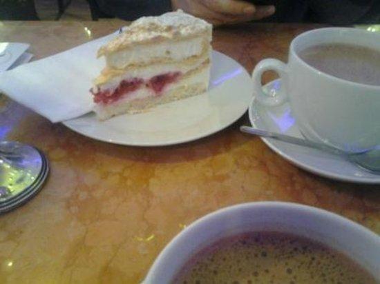 Café Kalwil Berlin: torta di pasta sfoglia con chantilly e fragole