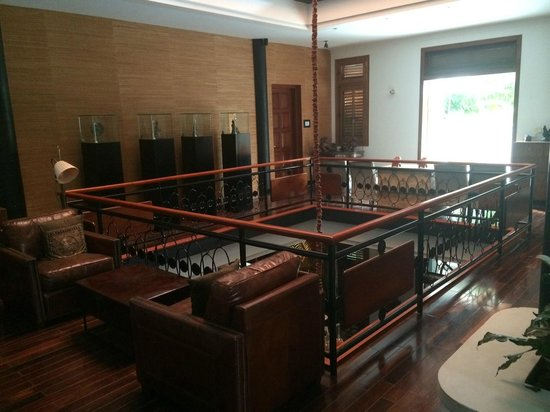The Governors House Boutique Hotel Phnom Penh: Second floor with antique decor