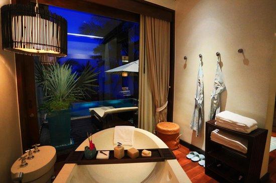 Four Seasons Resort Koh Samui Thailand: evening view of bathroom