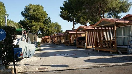 Camping Arena Blanca: Calle Bungalows