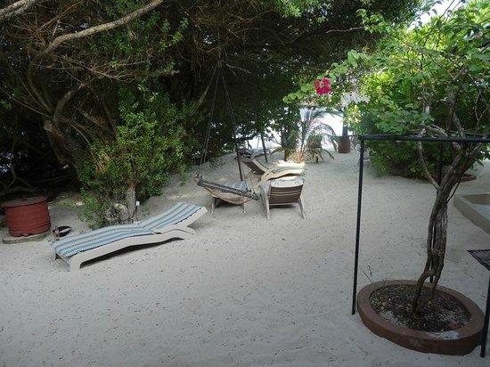 Embudu Village : devant mon bungalow n°29