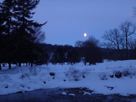Best Western Bennington: Moon setting over the river
