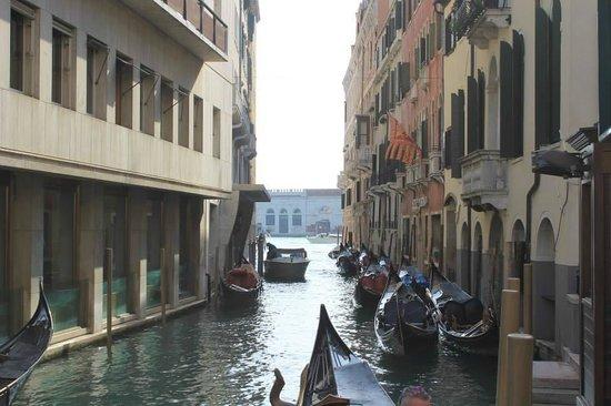 Hotel Violino d'Oro: Vue sur le canal, juste côté de l'hôtel. Arret des gondoliers