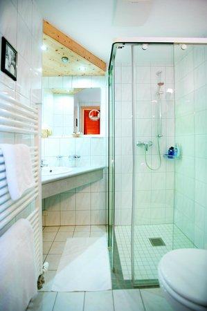 Berghotel Schiller: Großes Geräumiges Bad mit Glasdusche