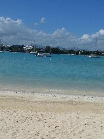 Beachcomber Le Mauricia Hotel: vista mare dalla spiaggia