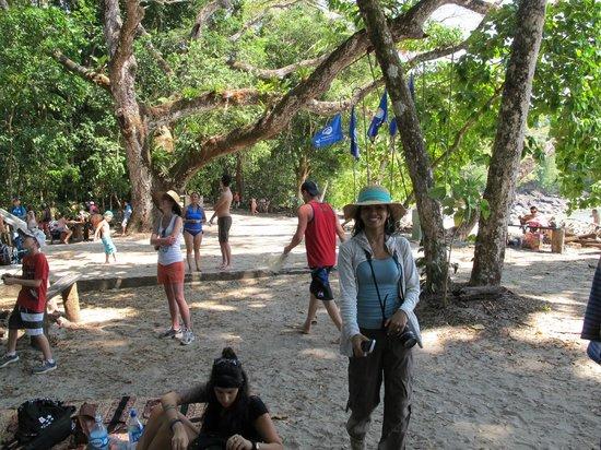 Playa Manuel Antonio: Loads of people all over.