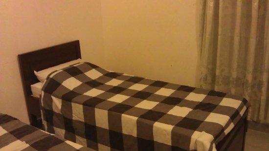 Ngan Tuan Hotel: Сверх узкие кровати с деревянными подушками =)