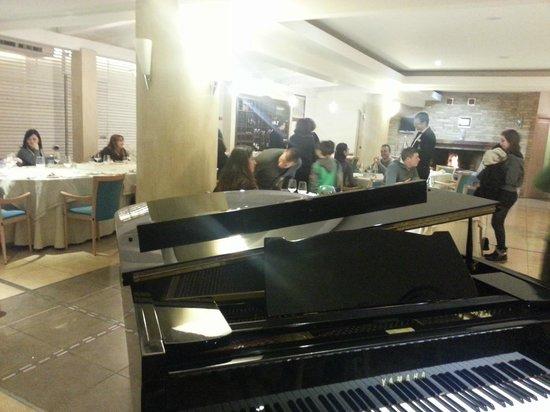 Hotel Biafora: Interno ristorante pianoforte a coda e caminetto