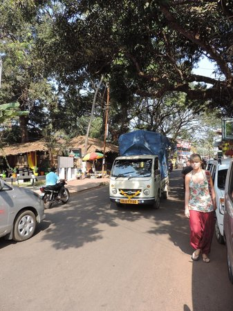 Highland Beach Resort: main road candolim