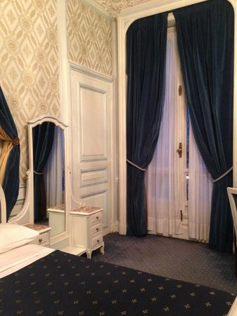 Normandy Hotel: 薄い水色で統一の室内