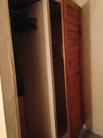 Badala Park: Kleding kast en kast met kluis (deur kan niet dicht, blijft open staan)
