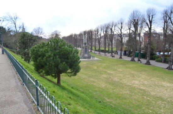 Dane John Gardens: Walking by the city wall