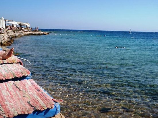 Red Sea Relax Resort: Lighthouse snorkelling area from beach in front of hotel