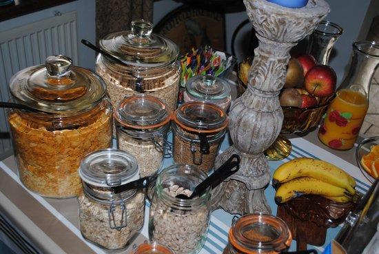 Guesthouse Bitra B&B: Breakfast buffet.