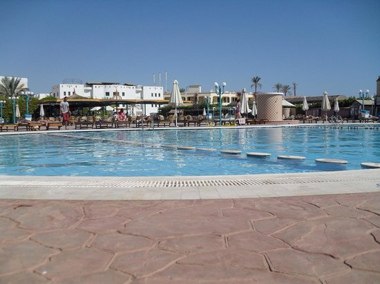 Sharm Cliff Resort: The pool area