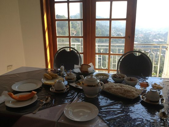 Kandyan Crown Hotel: tasty sri-lankan breakfast with an amazing view