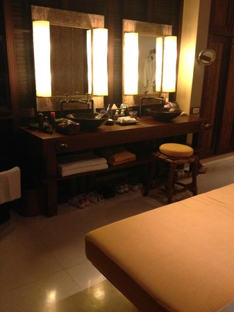 Six Senses Samui: Pool villa bathroom (his & hers)!