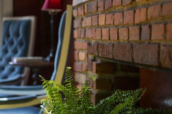 Argos Inn: Fireplace In Parlor