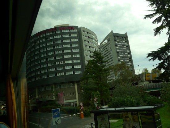 Mercure Paris La Défense : Вид на отель из автобуса