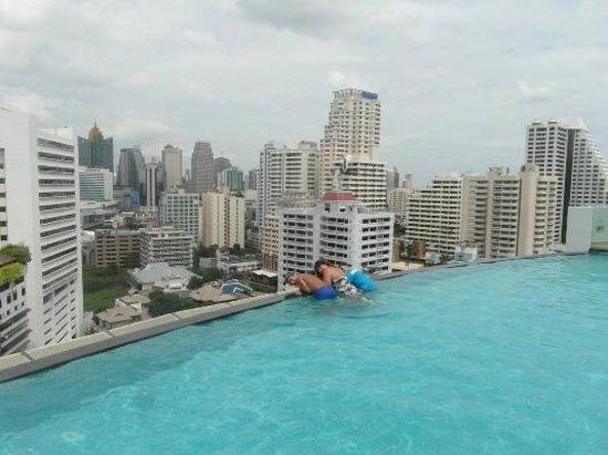 Shama Sukhumvit Bangkok : Wife & Kids at Infinity Pool