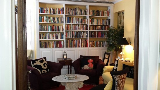 Asbury Park Inn : Cozy library off the dining room.