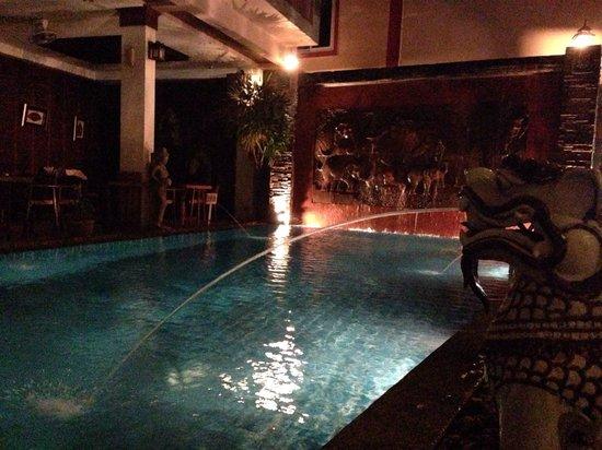 Seeka Boutique Resort: У бассейна вечером