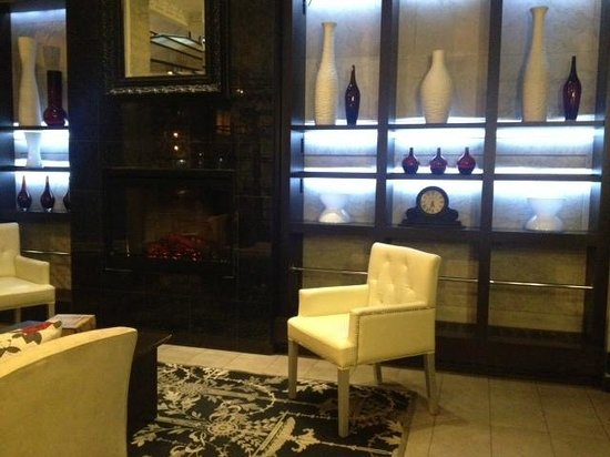 Hotel Victoria: Fireplace in Lobby