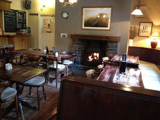Nant Ddu Lodge Restaurant: Welcoming fire in the bar where we curled up with our books on a rainy afternoon