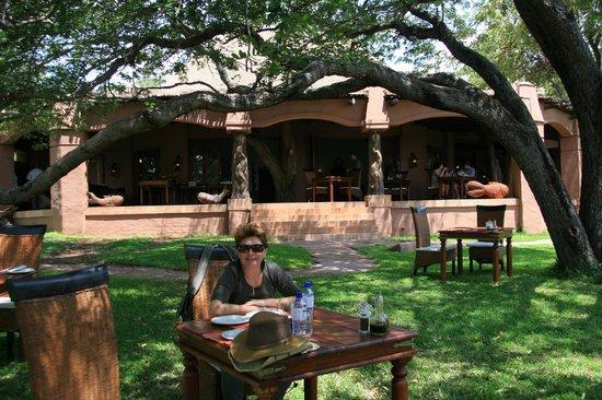 Sanctuary Chobe Chilwero : Pide una mesa en el jardin con las preciosas vistas al rio