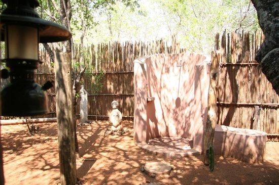 Sanctuary Chobe Chilwero : Ducha exterior de la habitacion