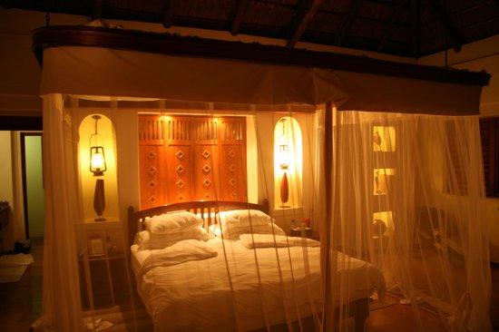 Sanctuary Chobe Chilwero : Habitacion con iluminacion nocturna