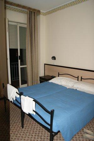 Hotel Orizzonti: Кровать и выход на балкон