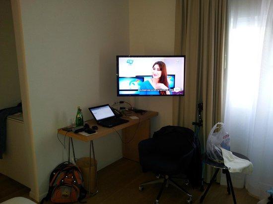 Mendeli Street Hotel : Desk and TV