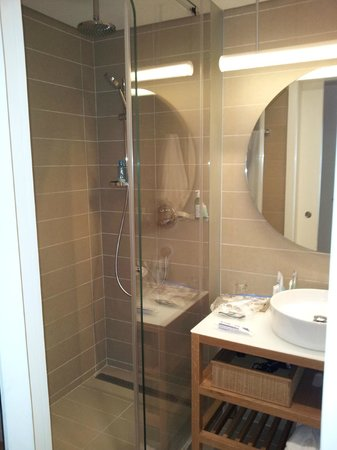 Mendeli Street Hotel: Bathroom